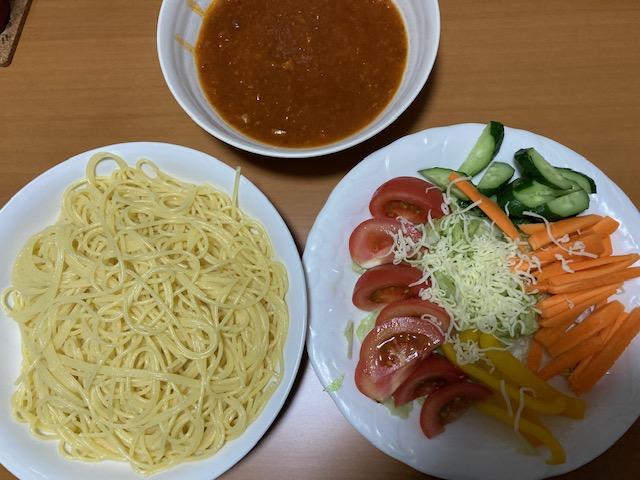 夕飯のスパゲテティ、野菜サラダの写真